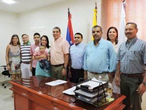 El nuevo secretario al momento de asumir el cargo  acompañado por sus familiares y el alcalde del municipio